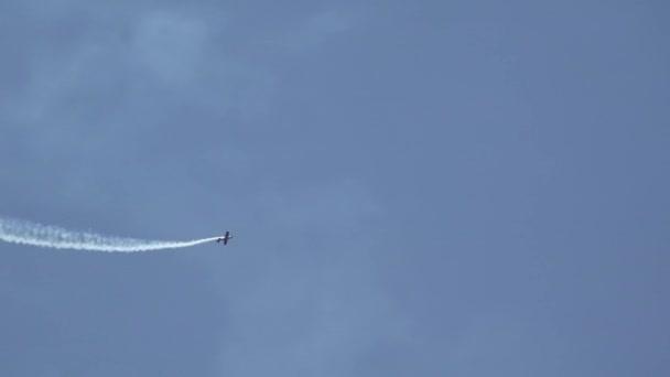 Fly letadlo kreslení srdce a šípy na modré obloze, láska koncepce