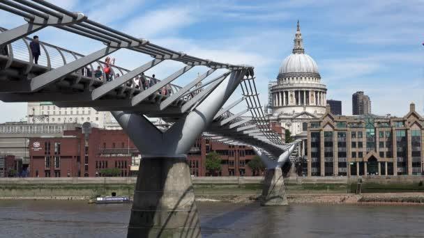 Millennium-híd, Szent Pál székesegyház, a háttérben London Temze