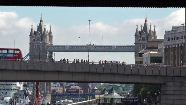 Přehled o londýnské city denní provoz na mosty přes řeku Temži, s kultovní Tower Bridge v pozadí