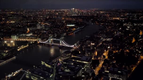 Letecký pohled na horní širokoúhlý noční panorama London City a Tower Bridge