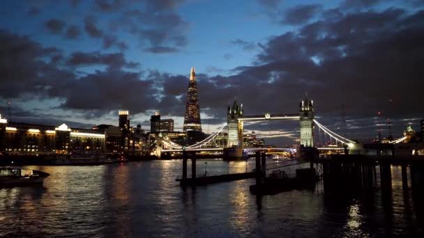 Soumrak západu slunce barevné mraky nad světla noční město Tower Bridge a střípek v Londýně