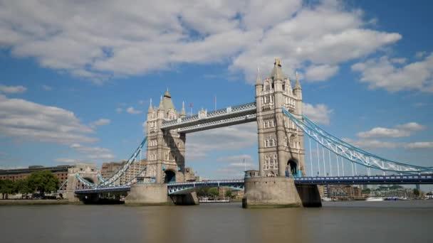 Timelapse mraky přes Tower Bridge v Londýně
