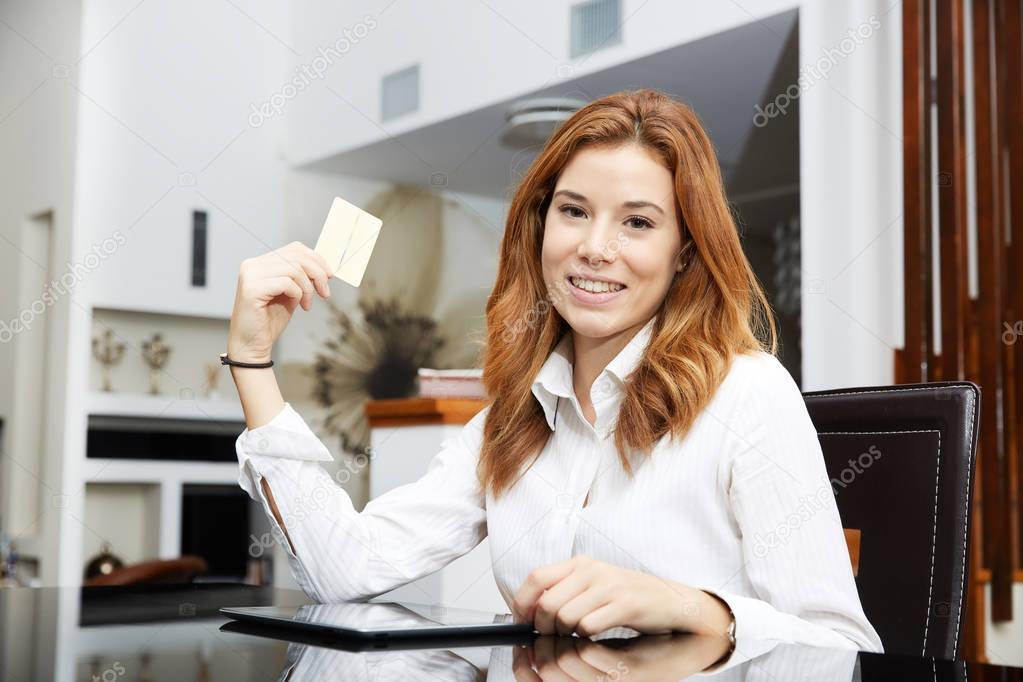 best service ca257 17a6f Bella ragazza bionda che fa shopping online — Foto Stock ...