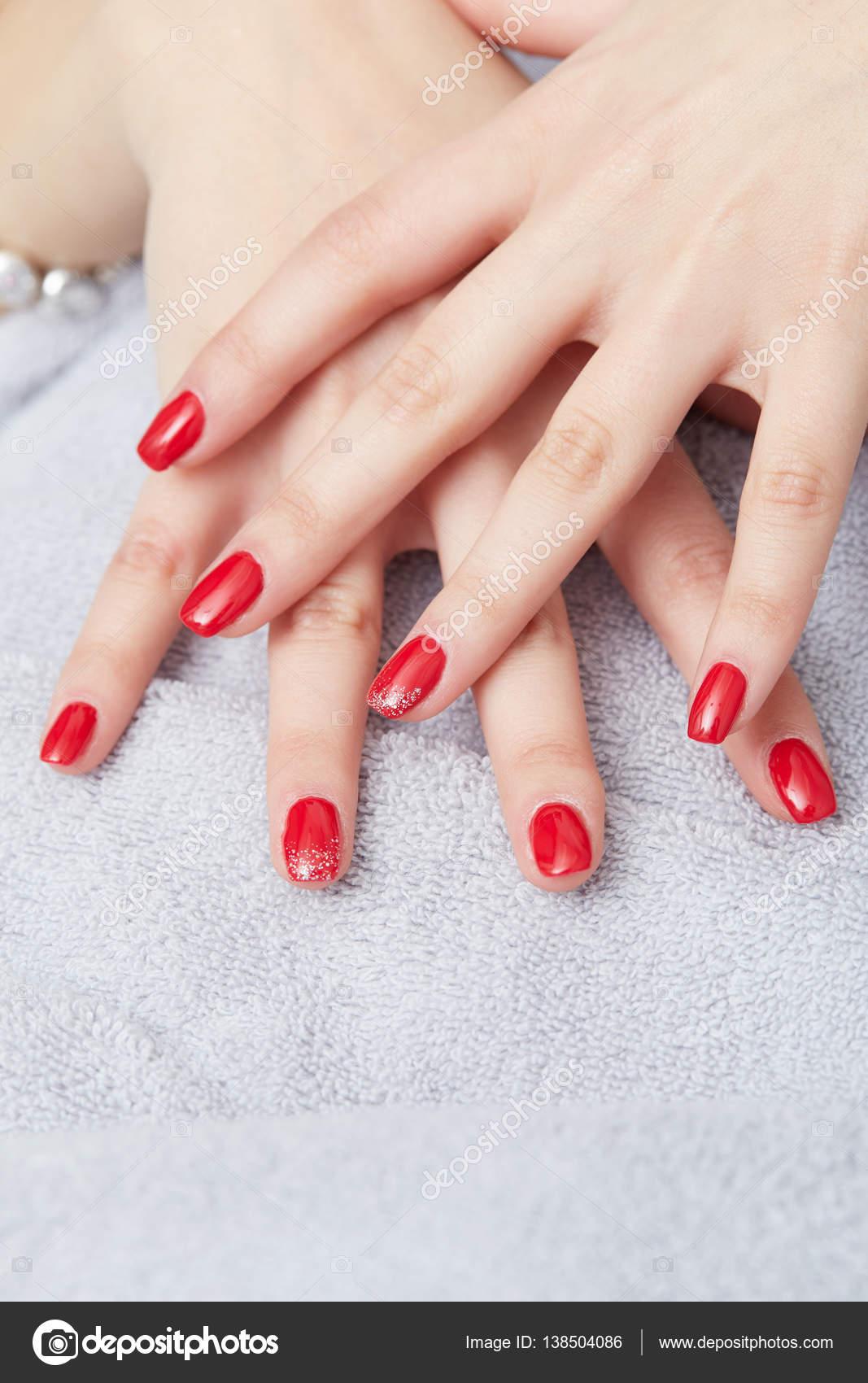 schöne Hand mit perfekten Nagel french Maniküre — Stockfoto ...