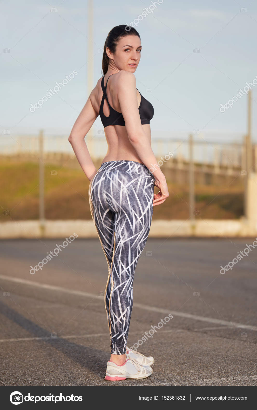 e98b0ddd42f02 Young female runner with perfect figure dressed in sport bra and shorts —  Stock Photo