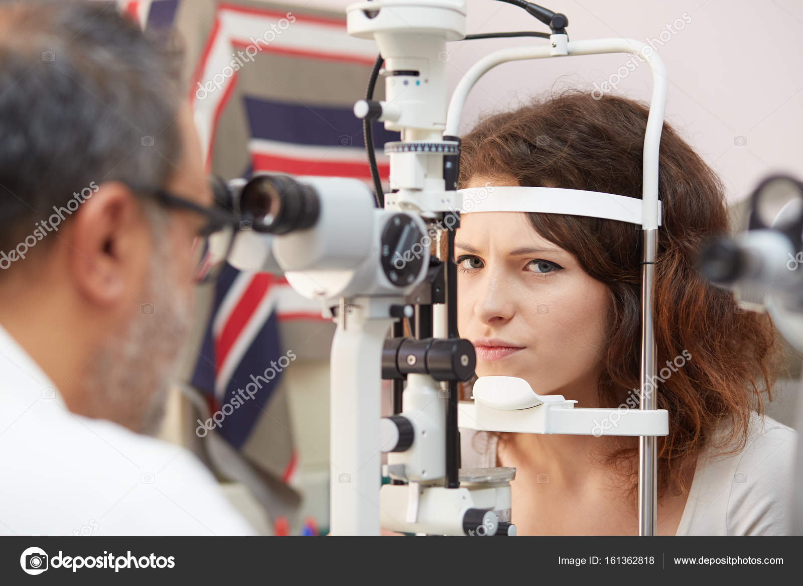 68e58decb67 Pretty young woman having her eyes examined by an eye doctor — Stock Photo