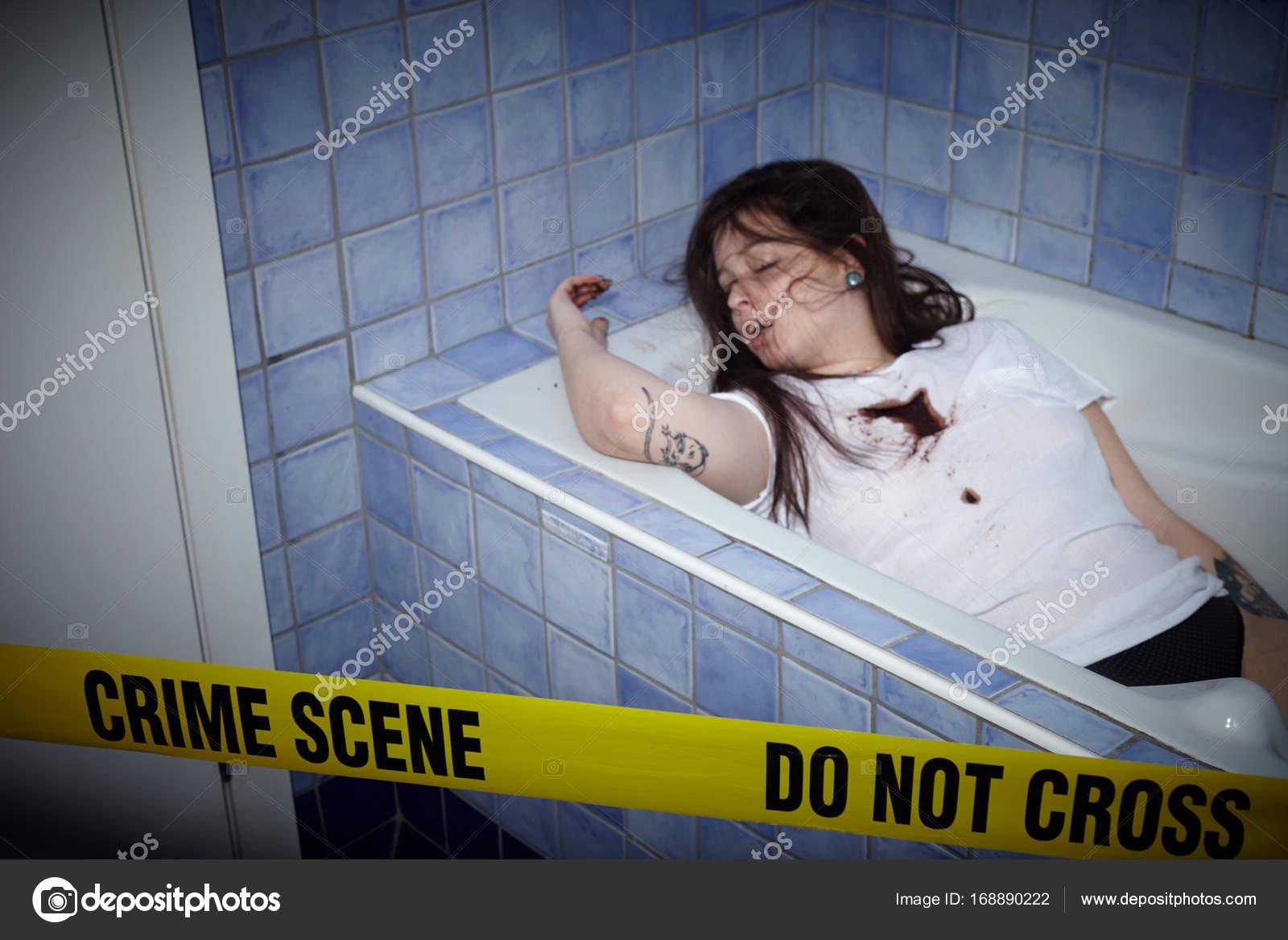 Vasca Da Bagno Si O No : Giovane donna che si trova morto nella vasca da bagno u foto stock