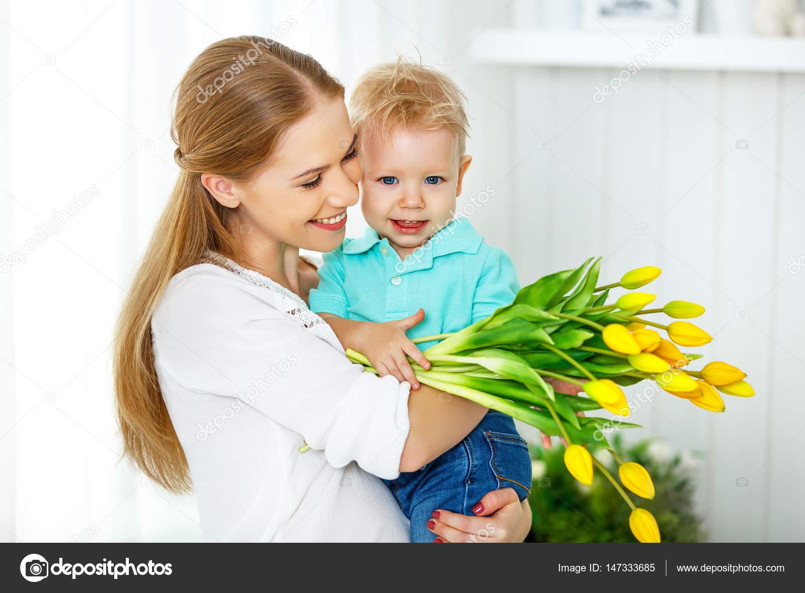 Filho Carinhoso Desejando Feliz Dia Das Mães: Feliz Dia Das Mães. Filho De Bebê Dá Flores Para Mamãe