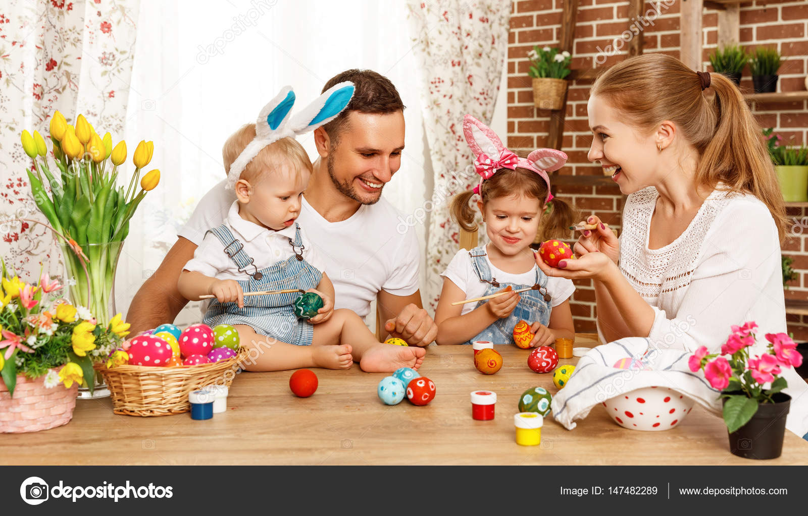 Mutlu Paskalyalar Aile Anne Baba Ve çocuk Yumurta Için Boya Stok