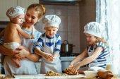 šťastná rodina v kuchyni. matka a děti, příprava těsta, ba
