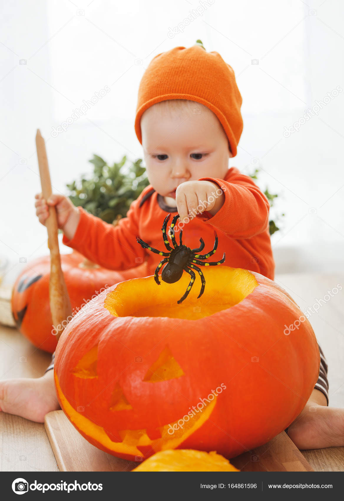 tagliare la zucca per Halloween in cucina a casa del bambino — Foto ...