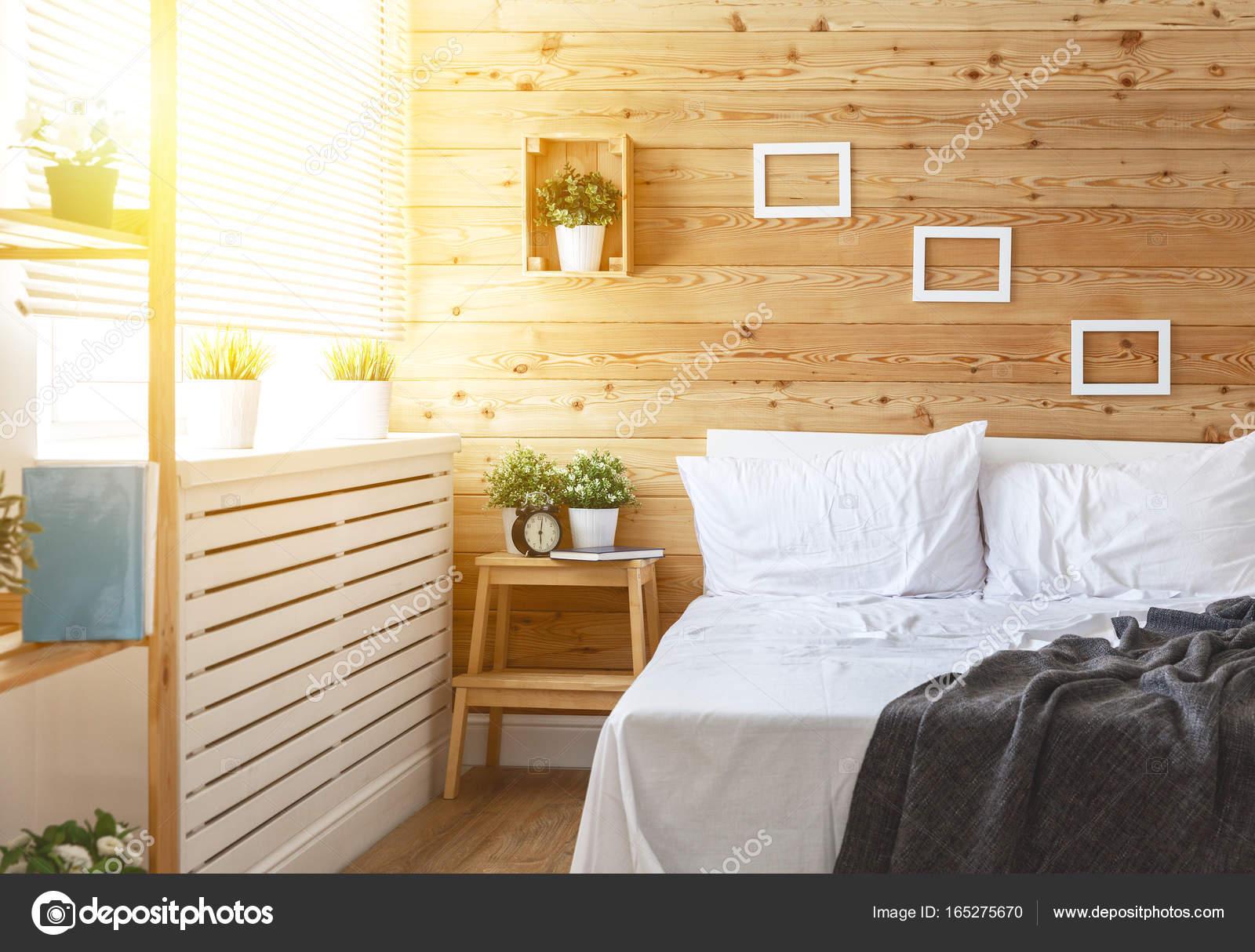 interno camera da letto con letto, finestra e parete di legno — Foto ...
