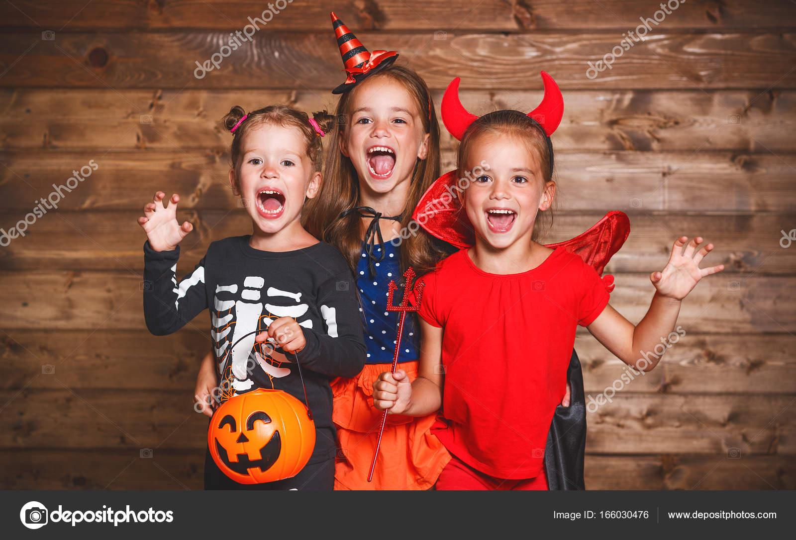Feriado Dia Das Bruxas Crianças Do Grupo Engraçado Em Fantasias De