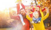 famiglia felice madre, padre e figli su una passeggiata dautunno