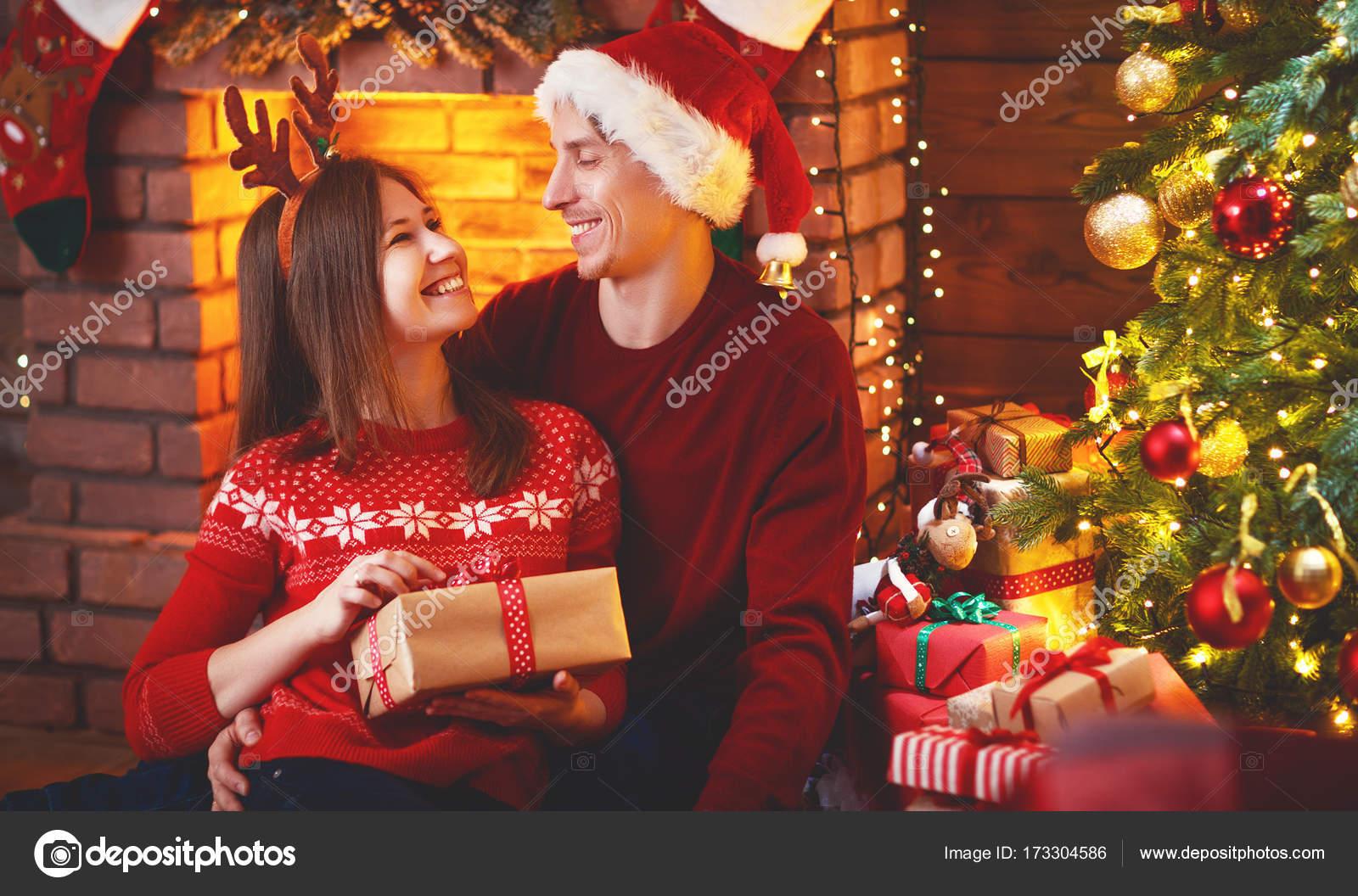 Frohe Weihnachten! Familie paar mit magischen Weihnachtsgeschenk ...