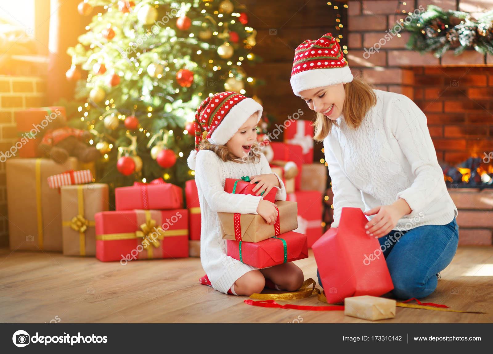 Kerstochtend. familie moeder en dochter uitpakken openen van cadeau