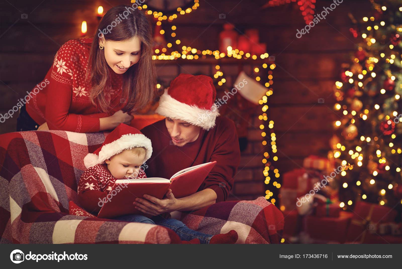 Buon Natale Famiglia.Buon Natale Famiglia Madre Padre E Bambino Leggere Libro Vicino Tr