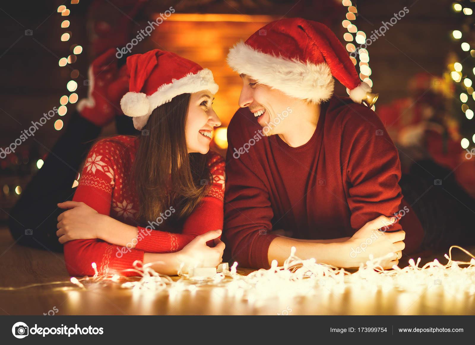 Frohe Weihnachten Familie.Frohe Weihnachten Familie Paar Mit Magischen Weihnachtsgeschenk