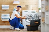 dolgozó ember vízvezeték-szerelő javítás mosoda mosógép