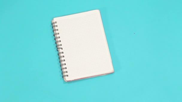 kéz gazdaság üres notebook elszigetelt kék