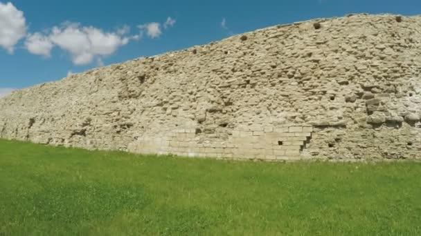 Rozpadajícím plotem starobylé pevnosti