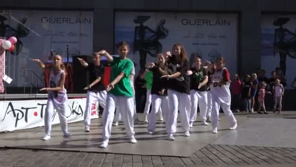 Performance dance collectives in hip-hop style