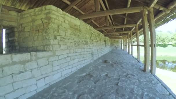 Holzcarport an der Burgmauer