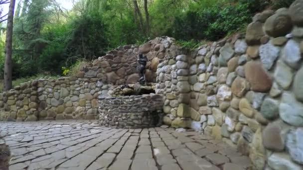 Zdroj vody v polibku se sochami