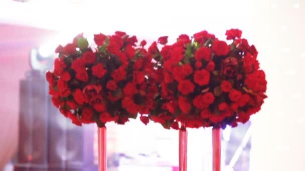 Rote Blumen auf festlichem Tisch