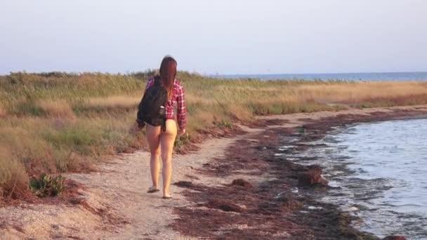 Dívka na mělké moře