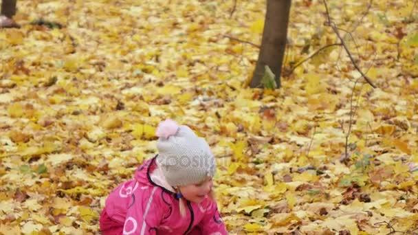 Lány gyermek hazudik-ra-levelek