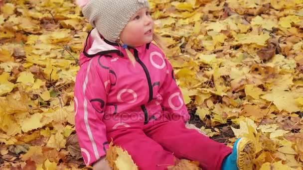 Sárga levelű kislány