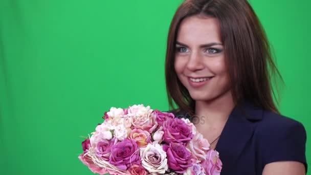 Dívka je chytání svatební kytice