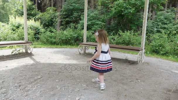 Dívka tančí na přírodu