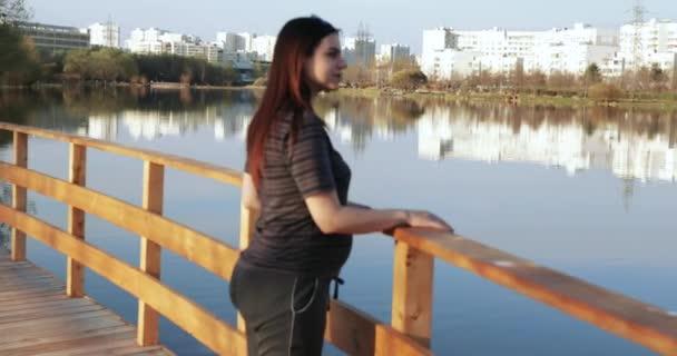 Těhotná žena na rybníku