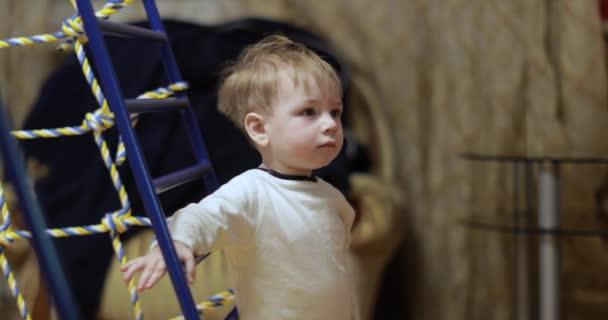 Jeden rok starý chlapec na gymnastice