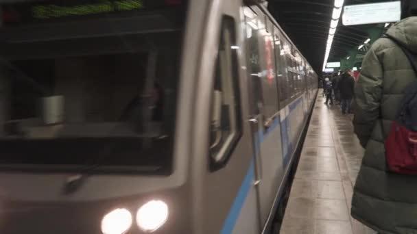 Příjezd metra na stanici Gorčakova v Moskvě metra