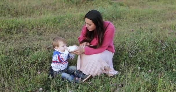 Kojenec pít mléko s maminkou