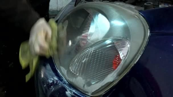 autószerelő, polírozás, takarítás, autó első fényszóró megújításáról