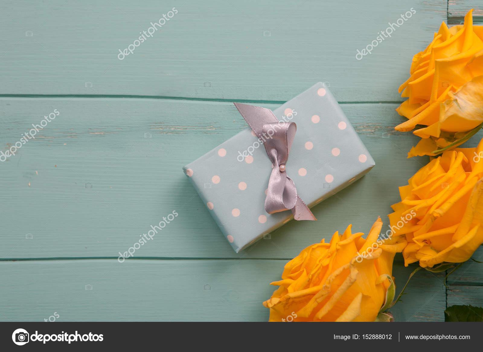 boîte-cadeau et roses avec une saint-valentin, mariage, anniversaire