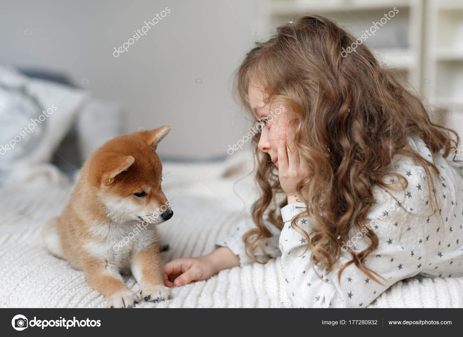 Kleine Weibliche Kind Hat Langes Lockiges Haar Spielt Mit Ihrem