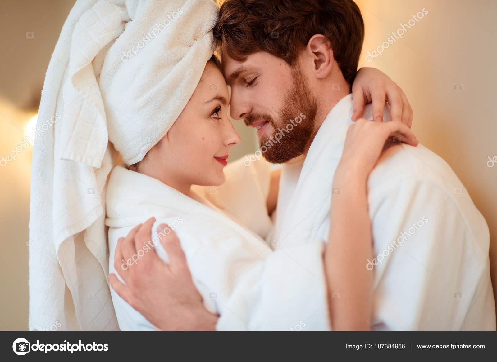 Zár-megjelöl szemcsésedik-ból gyönyörű nő és lány férje átölel egymást 89cd695a69