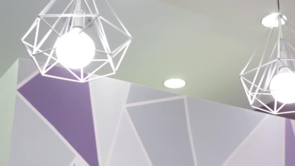 Móda a hitech lampa v moderním stylu. Teplý tón žárovka lampa. Lampy v kavárna a butik. světlo v interiéru. Atraktivní Design lampy. Krásné stropní svítidlo v The formě z trojúhelník. Fshion
