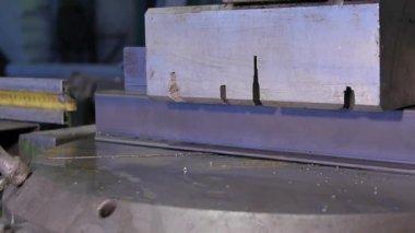 Tiskové lisy kovový profil. Tiskové lisy oceli bar. List z kovu a rukou pracovníka, který pracuje na stroji. stiskněte svorky hliníkový panel nebo profil. Příprava na řezání kovu. Stroje na