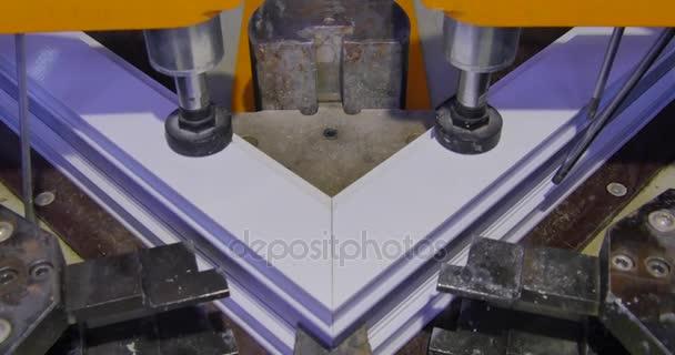 Bekannt Arbeiter Schweißen Maschine im Werk in Betrieb. PVC-Fenster CW29