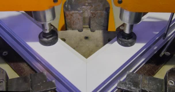 Fabulous Arbeiter Schweißen Maschine im Werk in Betrieb. PVC-Fenster TG95