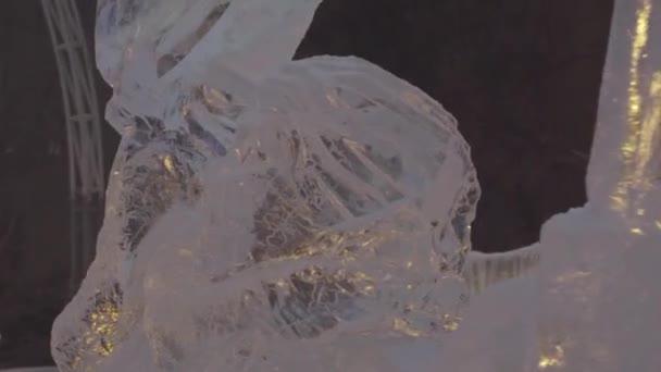Ledové sochy ze zmrazených tančících lidí v zimě města. Ledové sochy v Rusku. Sochy v ledové město. Ledové sochy a krásný sníh padá