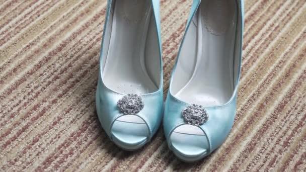 Nádherné svatební boty. Boty pro nevěstu zůstat na podlaze. Krásné tyrkysové barvy nevěsty boty. Tyrkysová barva boty. Svatební detaily