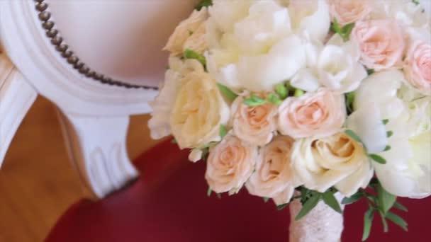 Snubní prsteny a rose. Svatební šperky a prsteny