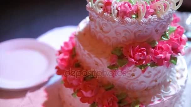 multi úrovni bílé svatební dort na stříbrný podklad a růžové květy na vrcholu